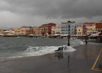 Starý přístav za bouře je plný vody